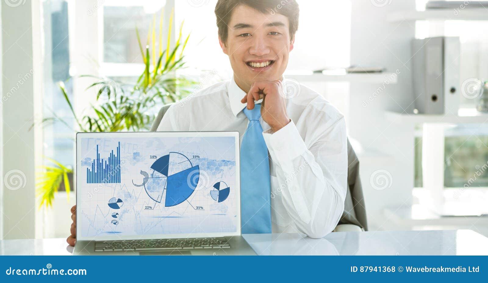 Affärsmannen med bärbara datorn som visar grafen, kartlägger på skärmen