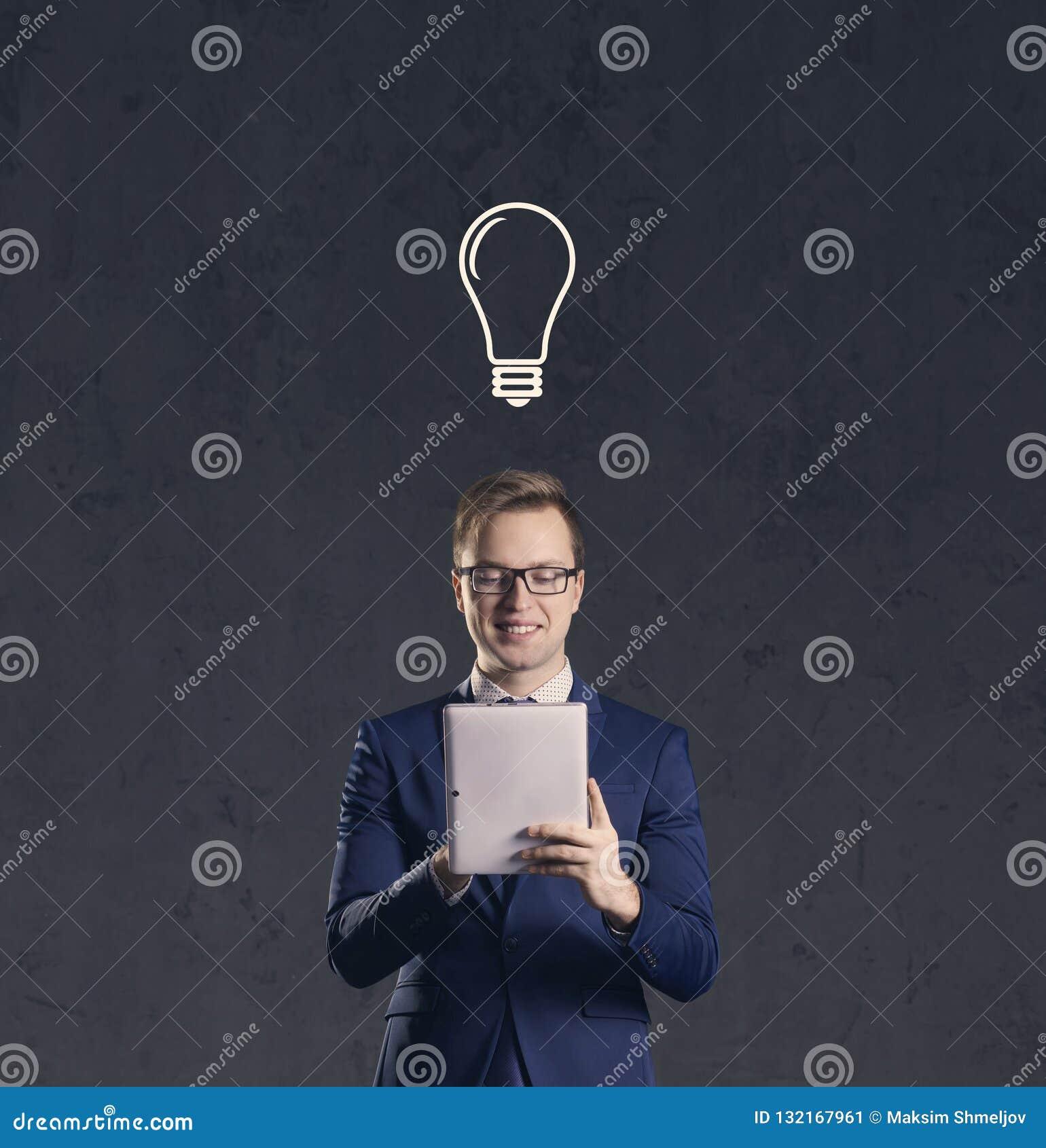 Affärsmannen med datorminnestavlan har idé Mörk och dramatisk bakgrund Affär lösning, begrepp