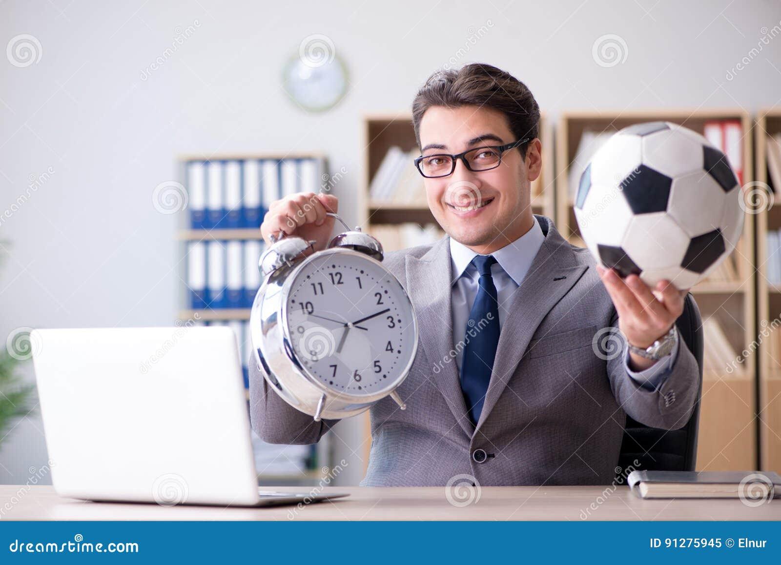 Affärsmannen med fotbollbollen i regeringsställning
