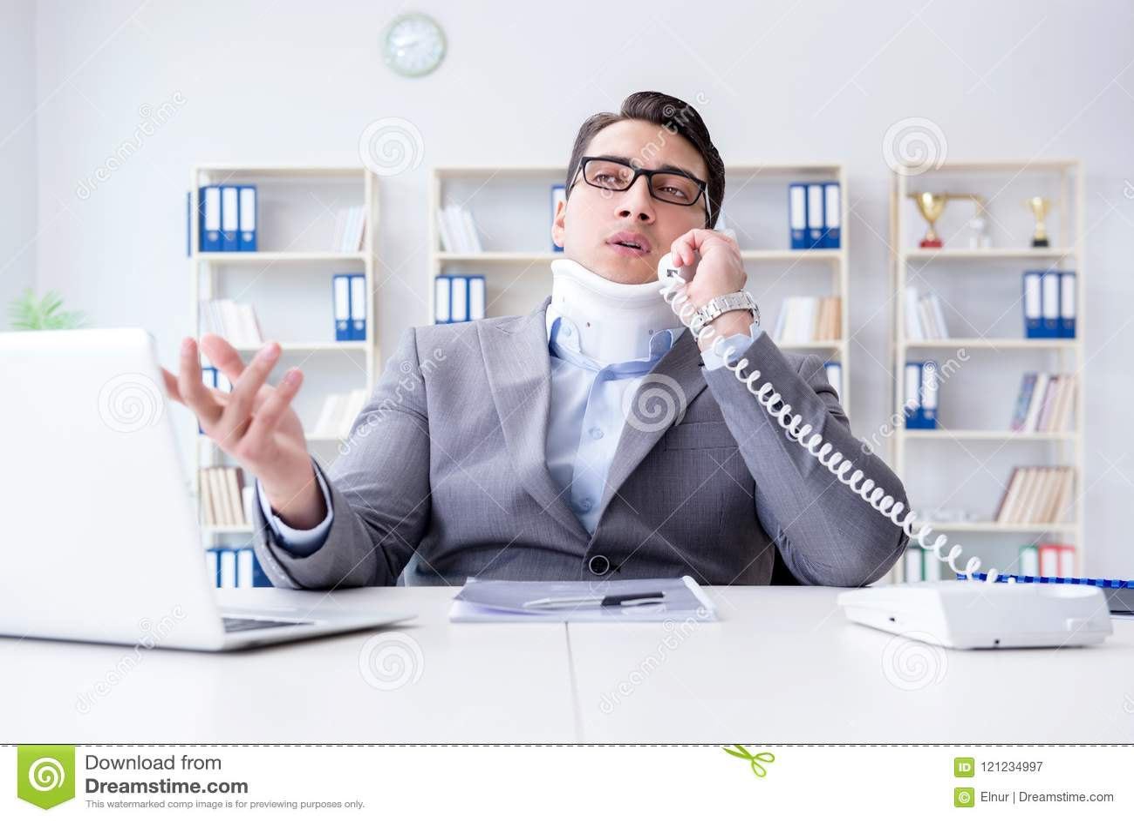 Affärsmannen med halsskadan som arbetar i kontoret
