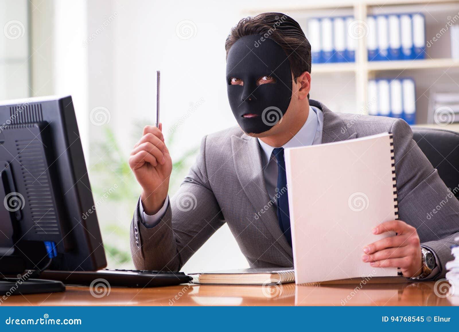 Affärsmannen med hyckleribegrepp för maskering i regeringsställning