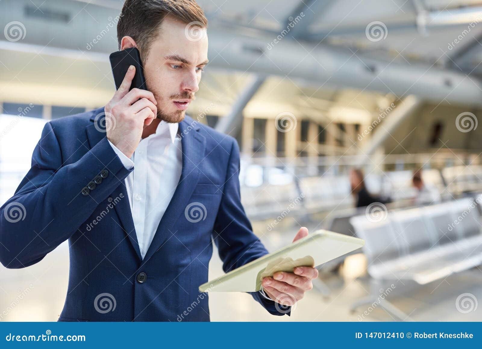 Affärsmannen med mobiltelefonen skrämmas om ett meddelande