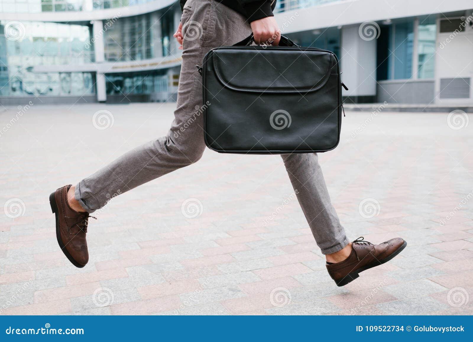 Affärsmannen rusar livsstilen som kör sent arbete