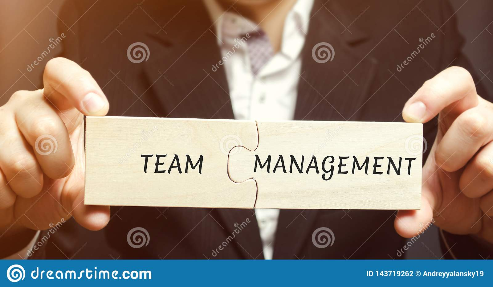 Affärsmannen samlar pussel med ordlagledningen Öka effektivitet Hyra och avskedandeanställda Organisation av