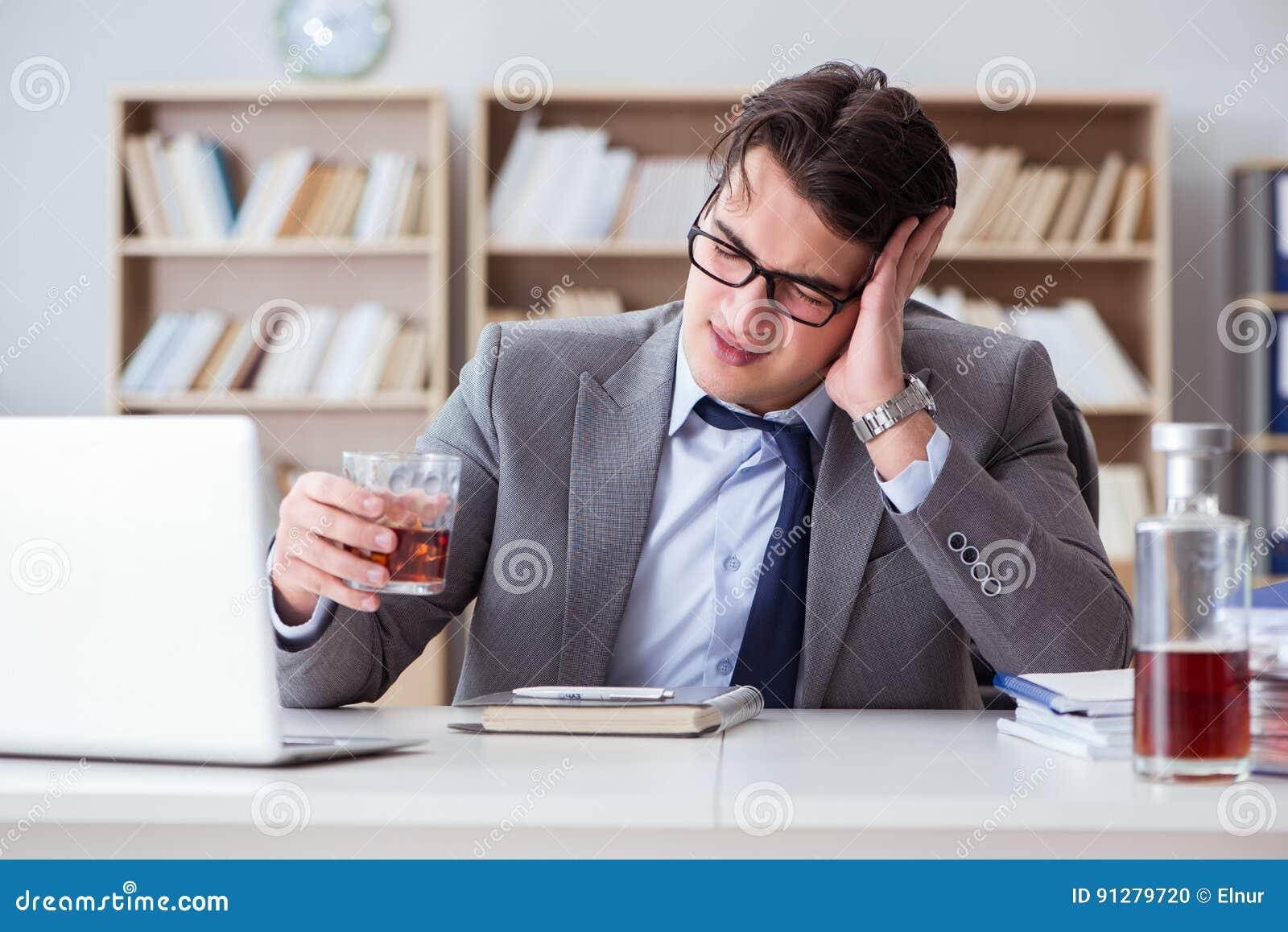 Affärsmannen som dricker i kontoret