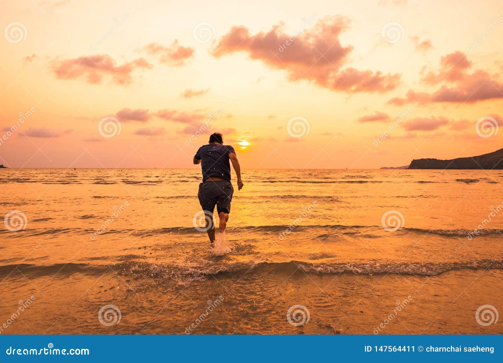 Affärsmannen som kör, idrottsman nenkörning på solnedgångtid, den sunda livsstilen, kopplar av begrepp