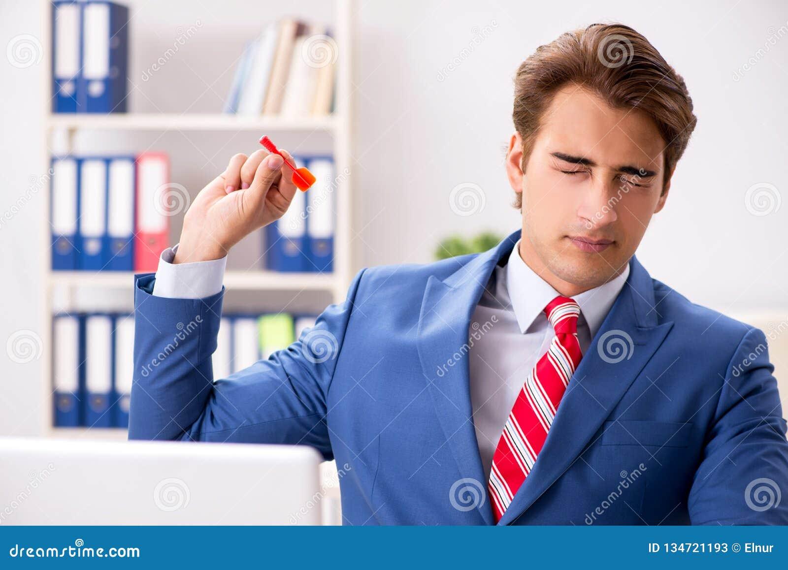 Affärsmannen som kastar pilen i affärsidé