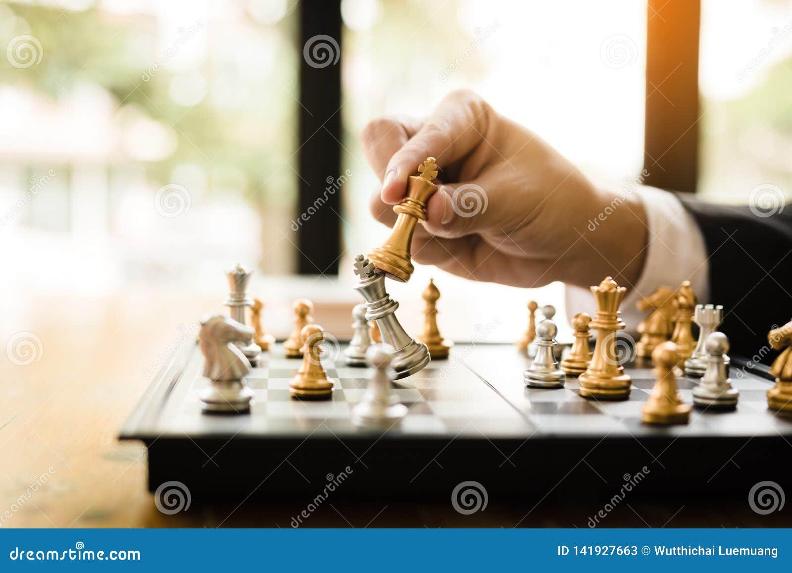 Affärsmannen som spelar schackleken, slår motståndaren med strategibegrepp