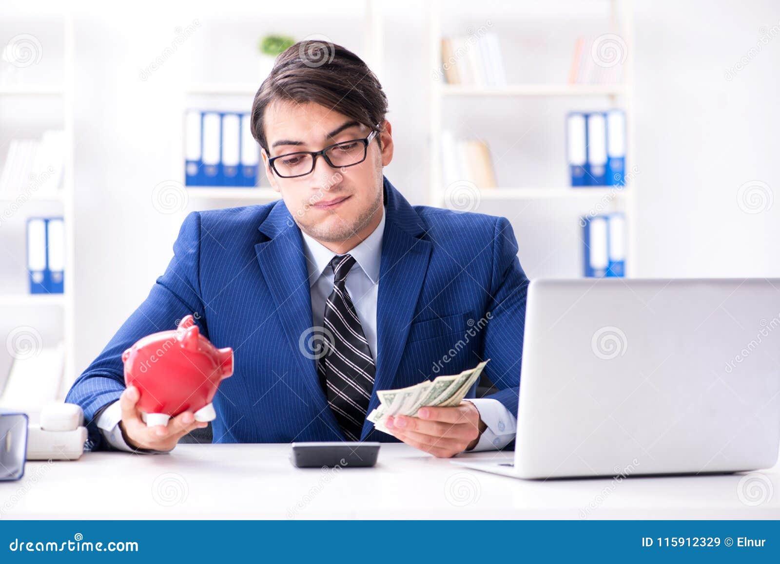 Affärsmannen som tänker om hans besparingar under kris