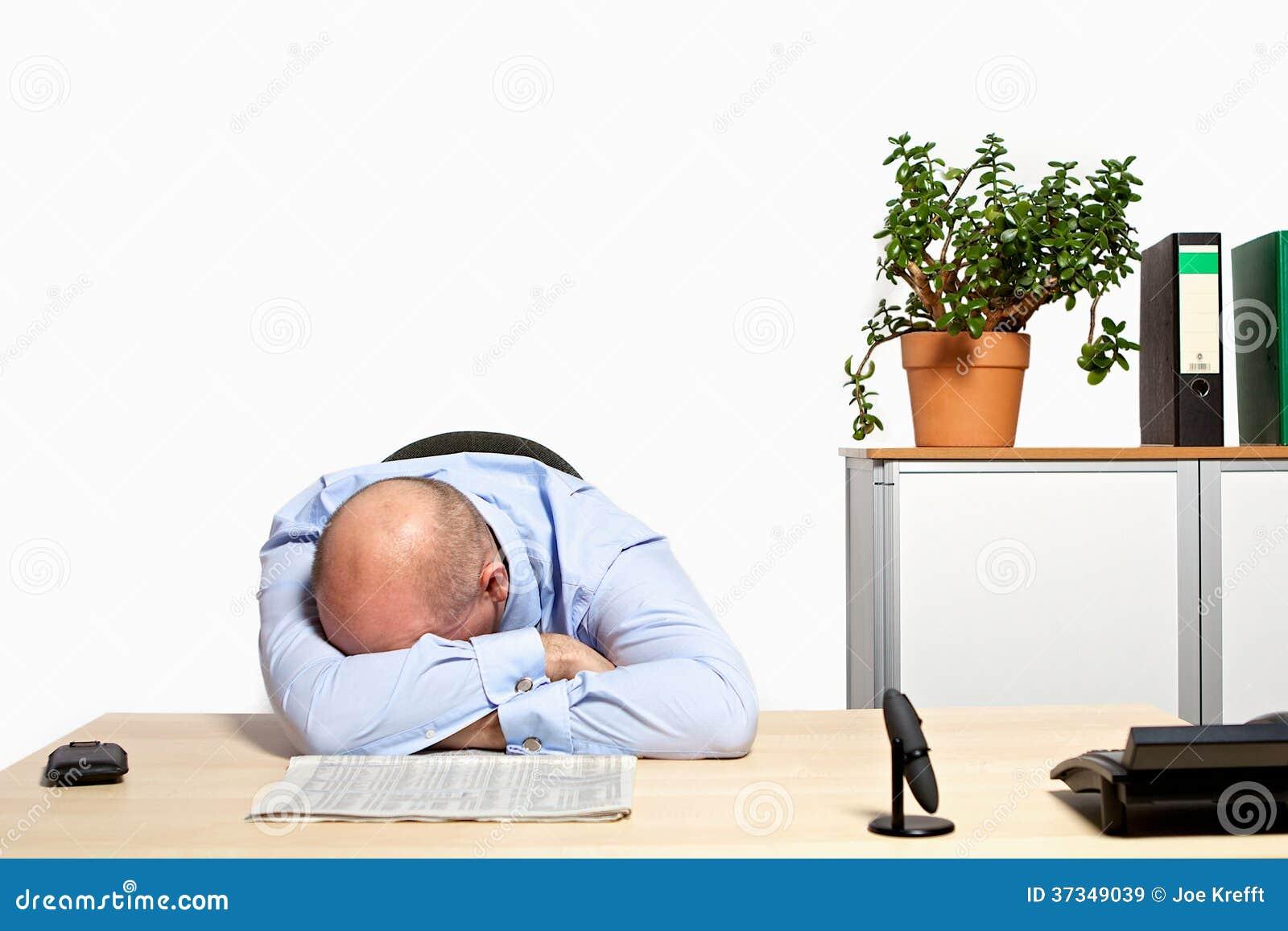 Affärsmannen tar en ta sig en tupplur i hans kontor