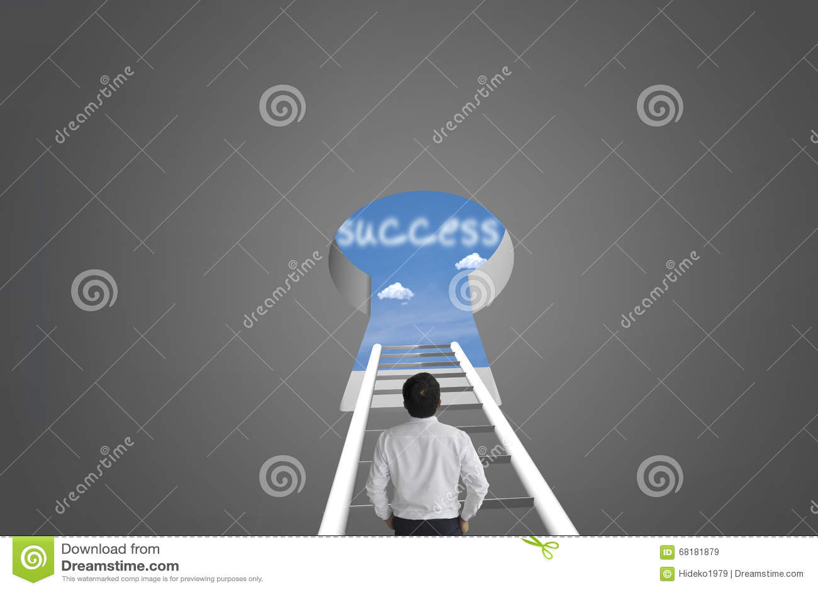 Affärsmans framgång för blickmeddelande över suddiga blått för blå himmel b