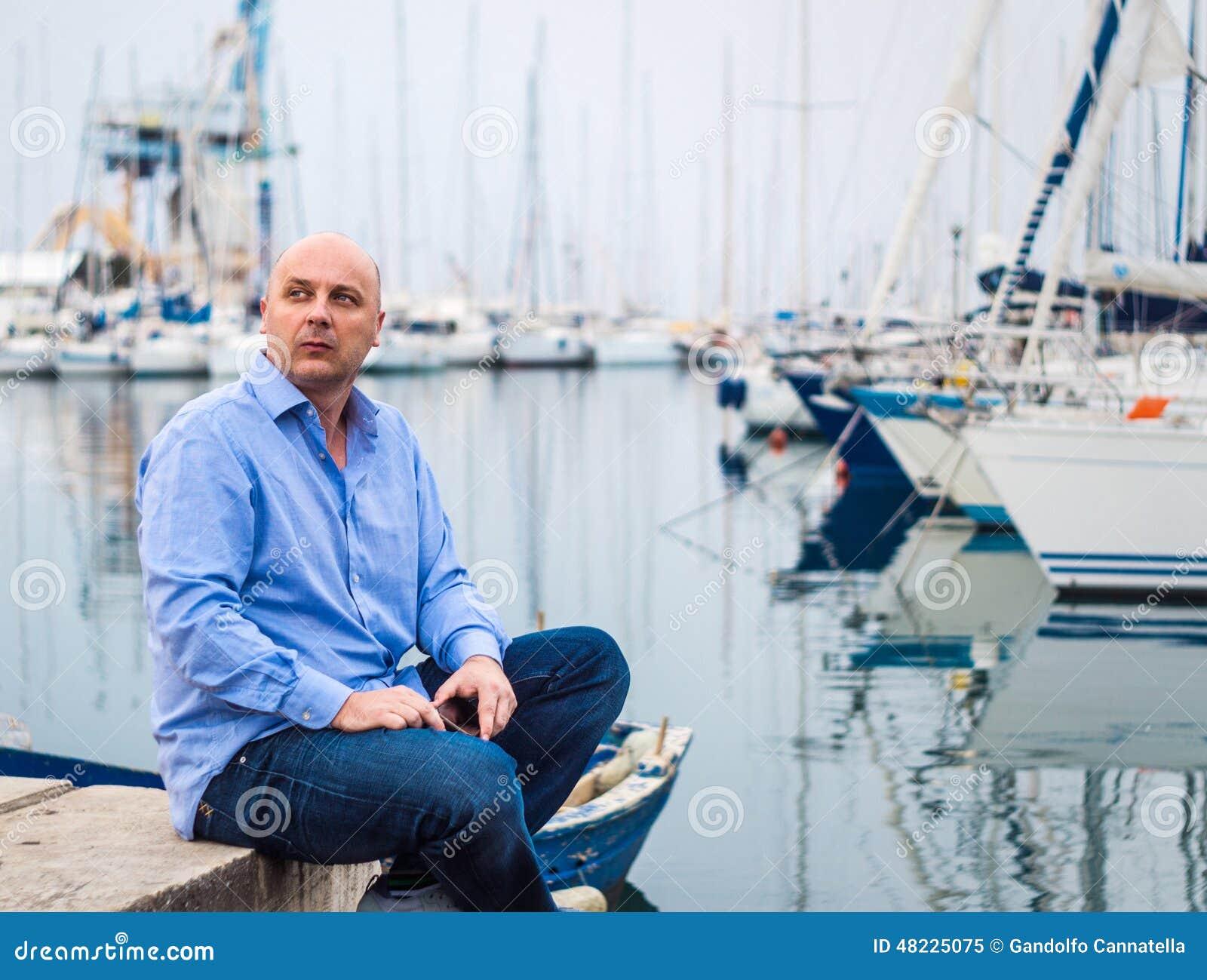 Affärsmansammanträde med dyra segelbåtar och yachter i A.C.