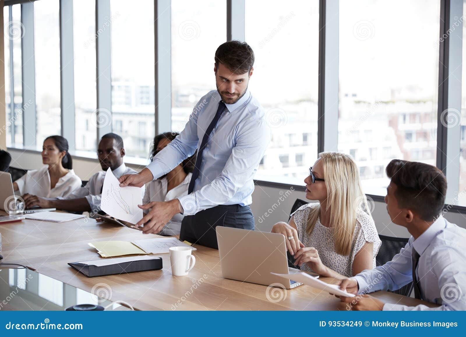 AffärsmanStands To Address möte runt om brädetabellen