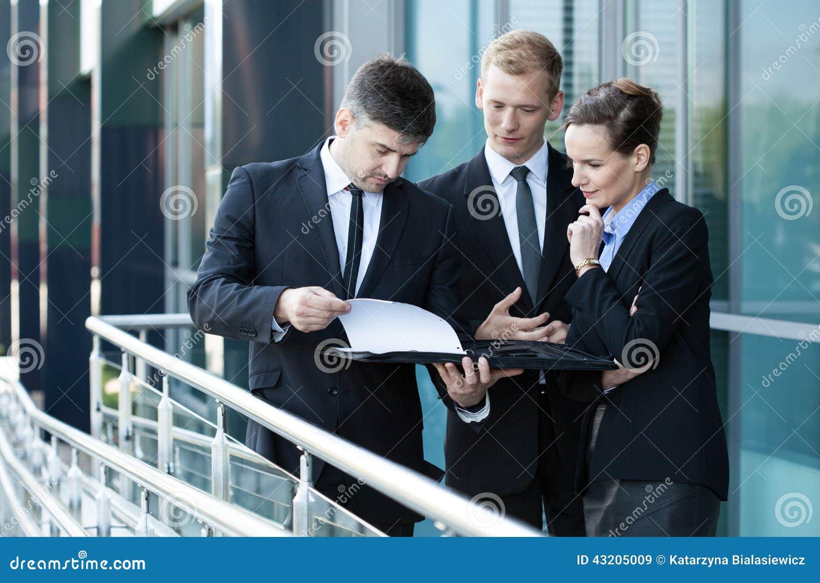 Download Affärsmanvisningdokument Till Hans Medarbetare Fotografering för Bildbyråer - Bild av konversation, anställd: 43205009