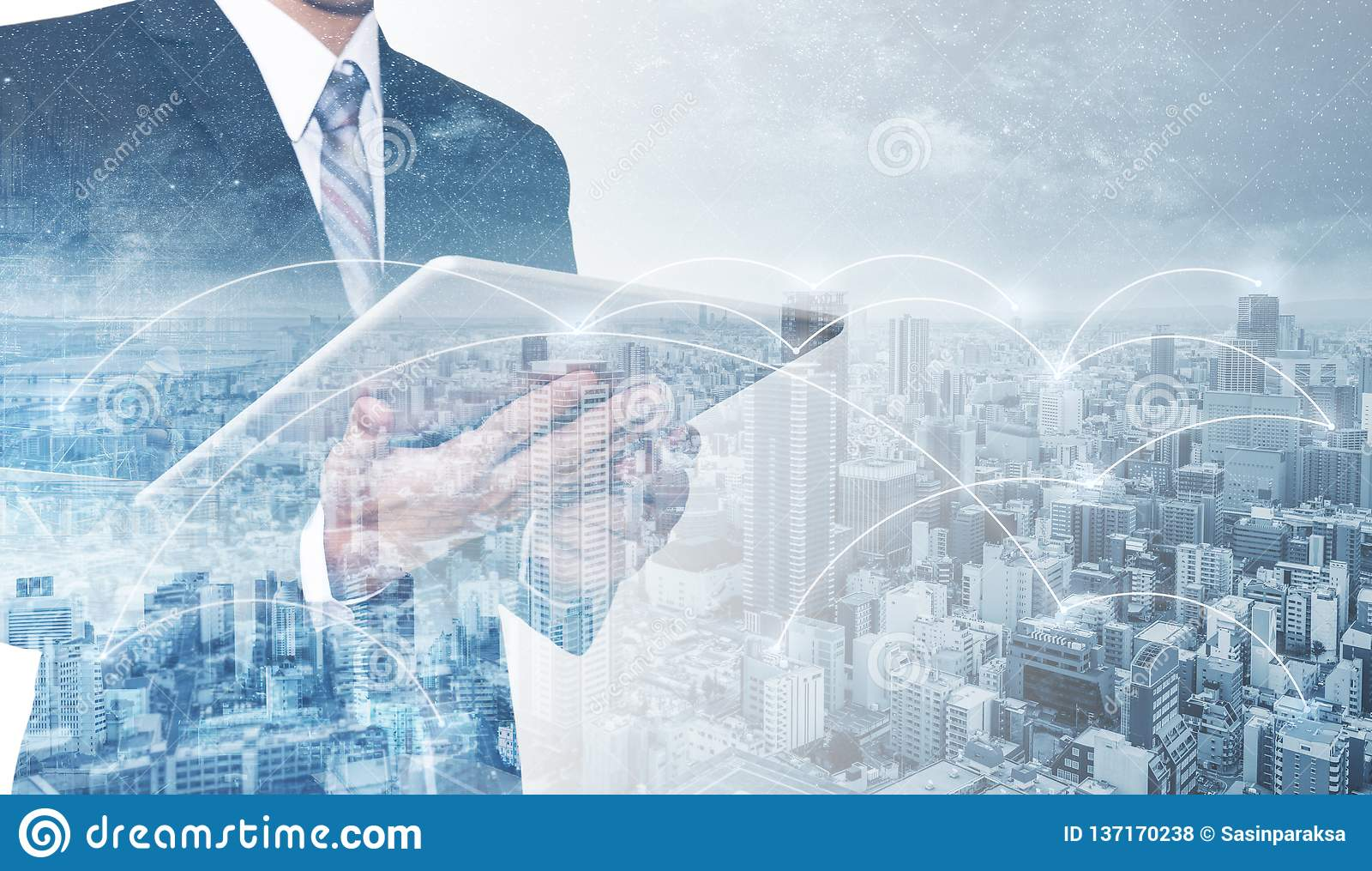 Affärsnätverk, blockchainteknologi och internetuppkoppling Affärsman för dubbel exponering som använder den digitala minnestavlan