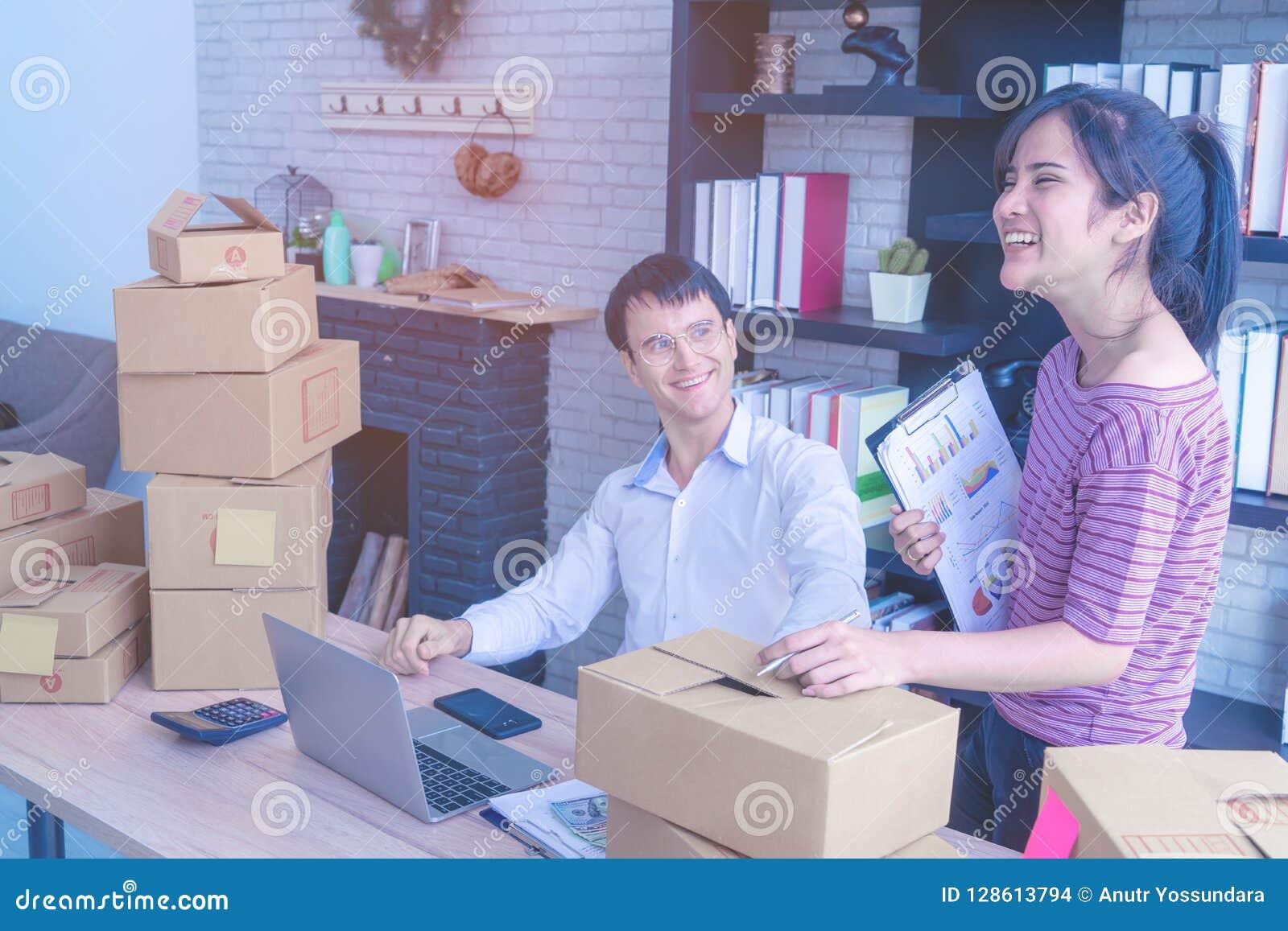 Affärspar som kontrollerar materielet i hennes online-hem- affär