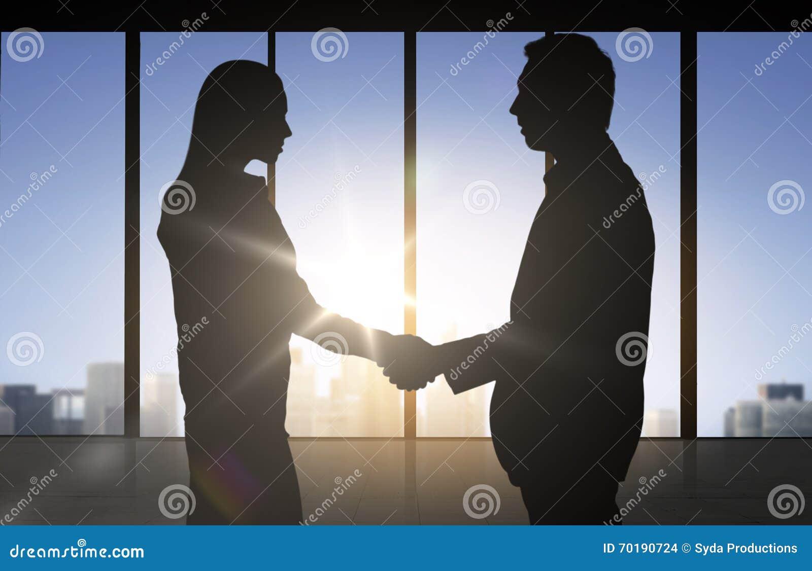 Affärspartnerkonturer som skakar händer