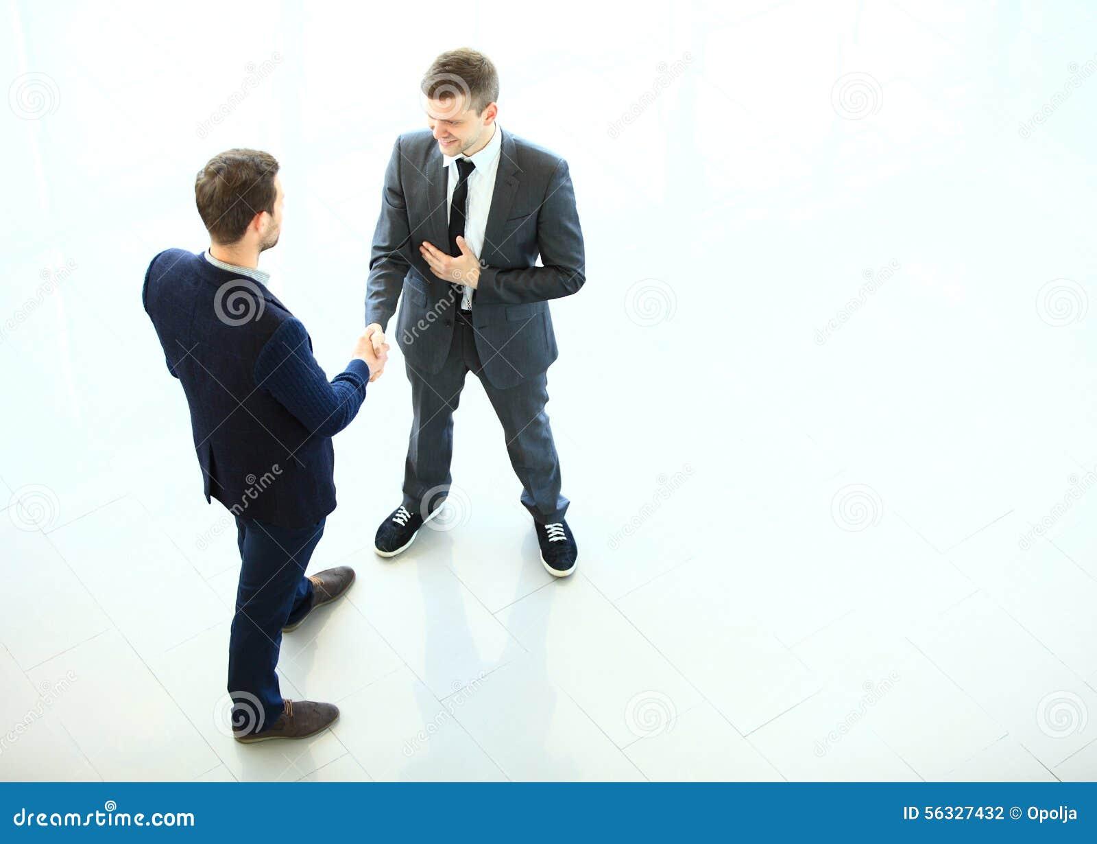 Affärspartners som skakar händer som ett symbol av enhet