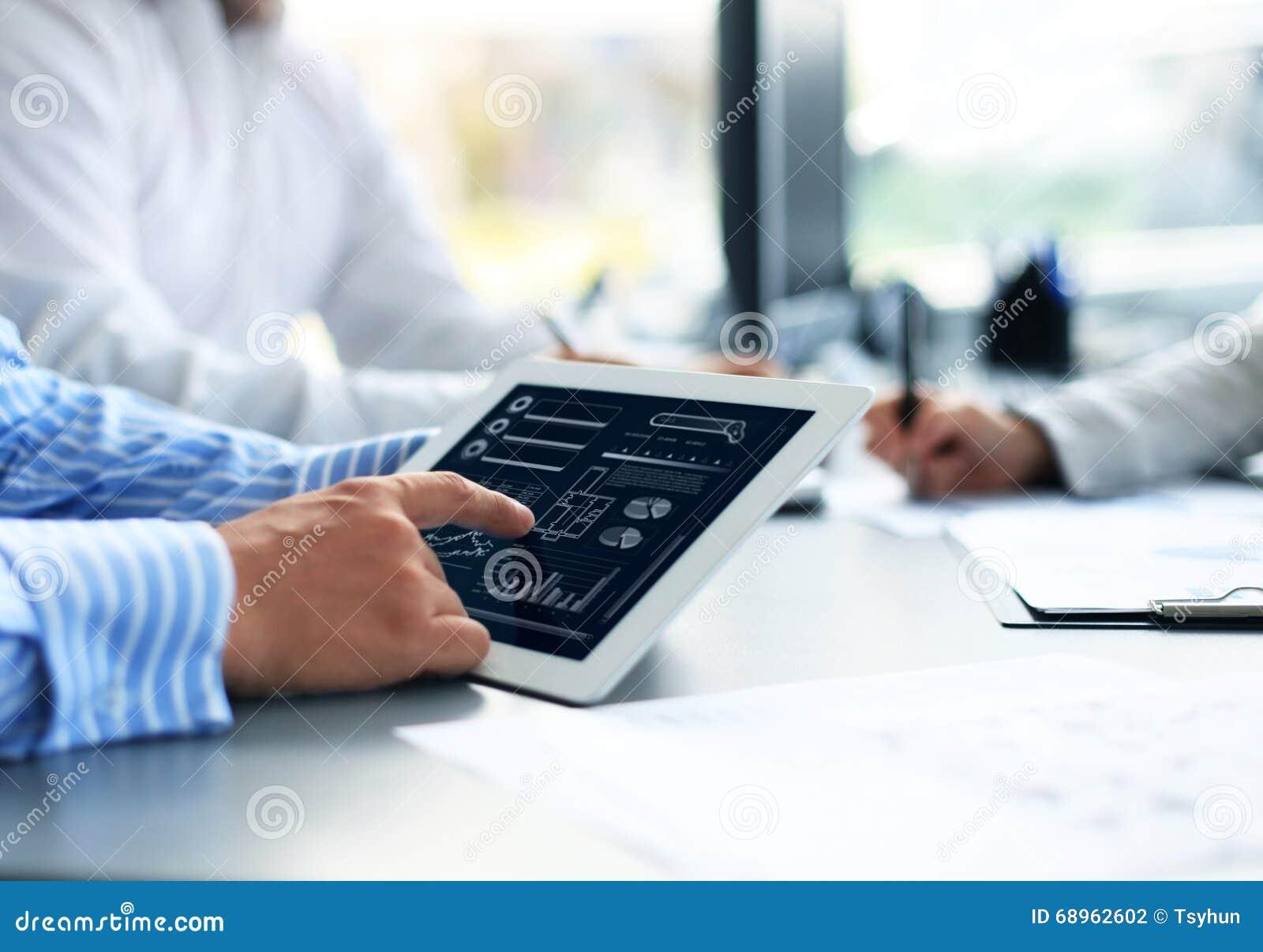 Affärsperson som analyserar finansiell statistik