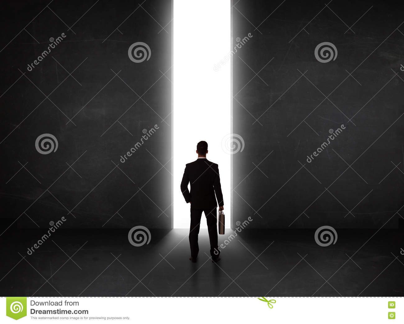 Affärsperson som ser väggen med ljus tunnelöppning