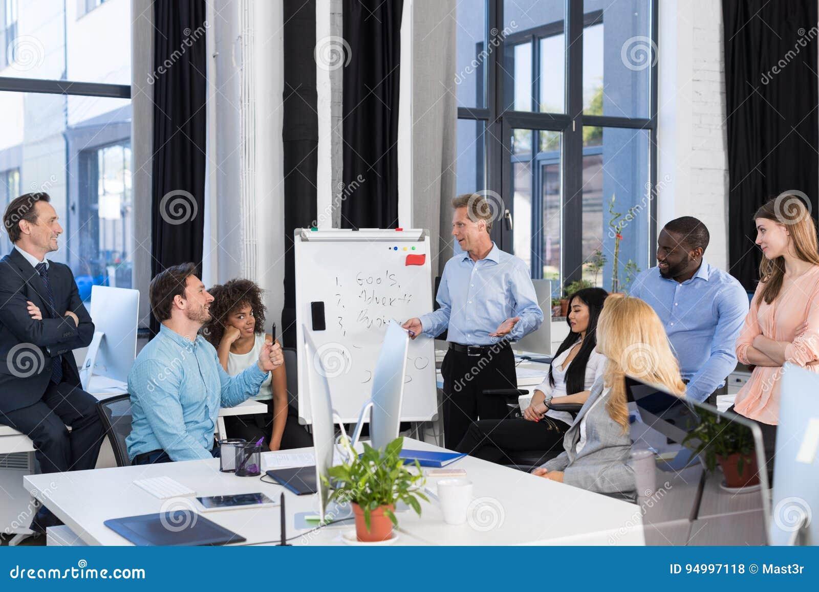 Affärspresentation, grupp för affärsmanLeading Meeting To Businesspeople i styrelse, Team Brainstorming som diskuterar