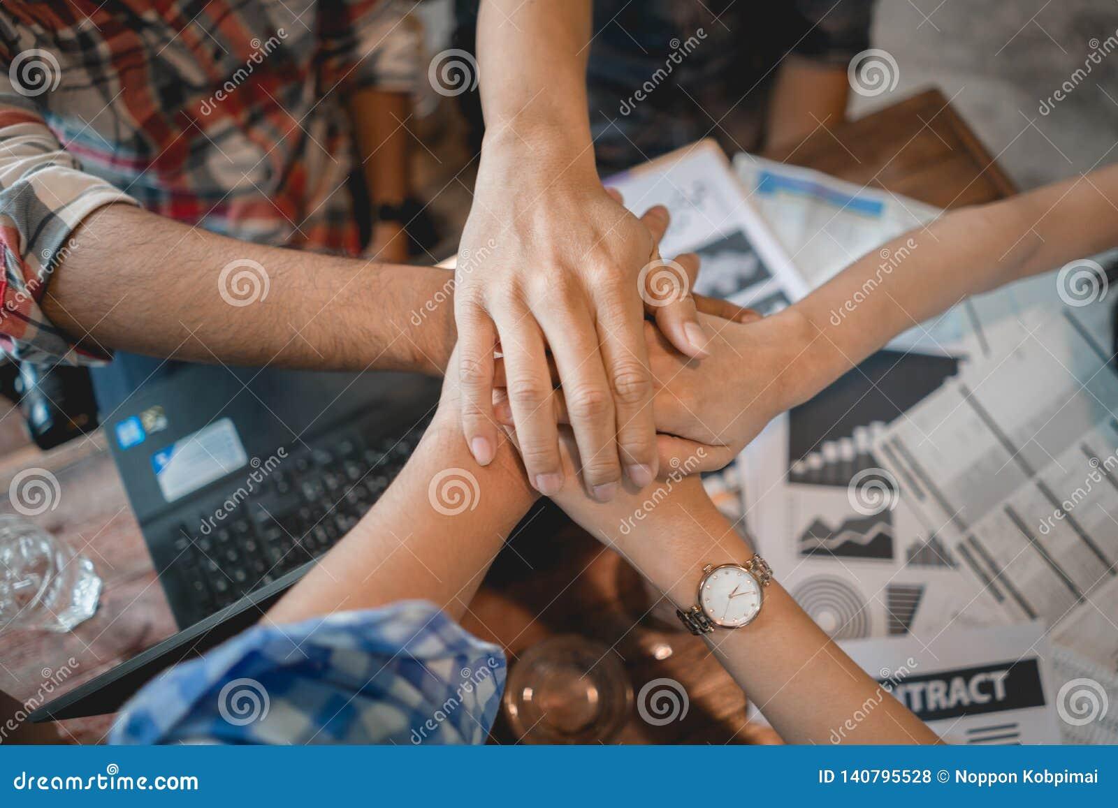 Affärsteamworkhand tillsammans Framgångfolk som möter gruppen som i regeringsställning arbetar Stark affärspartner för förtroende