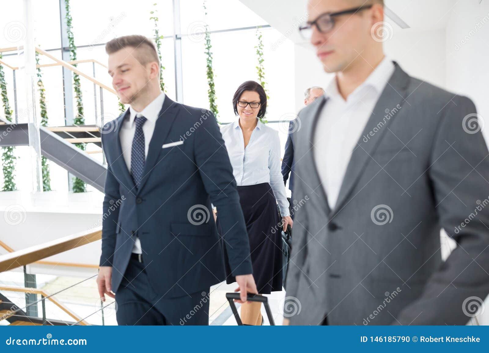 Aff?rskvinna som i regeringsst?llning g?r med kollegor
