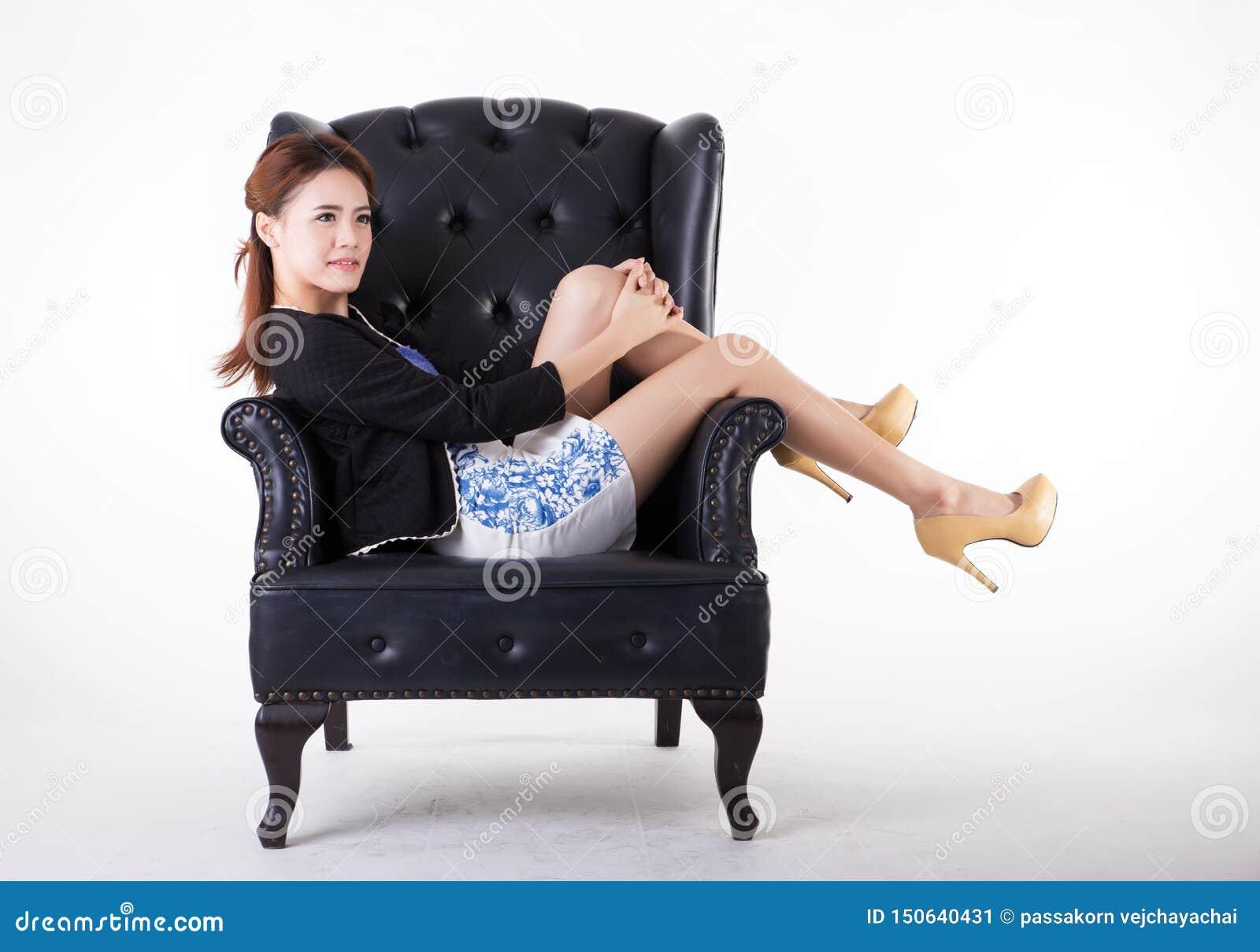 Aff?rskvinna som kopplar av i en stol