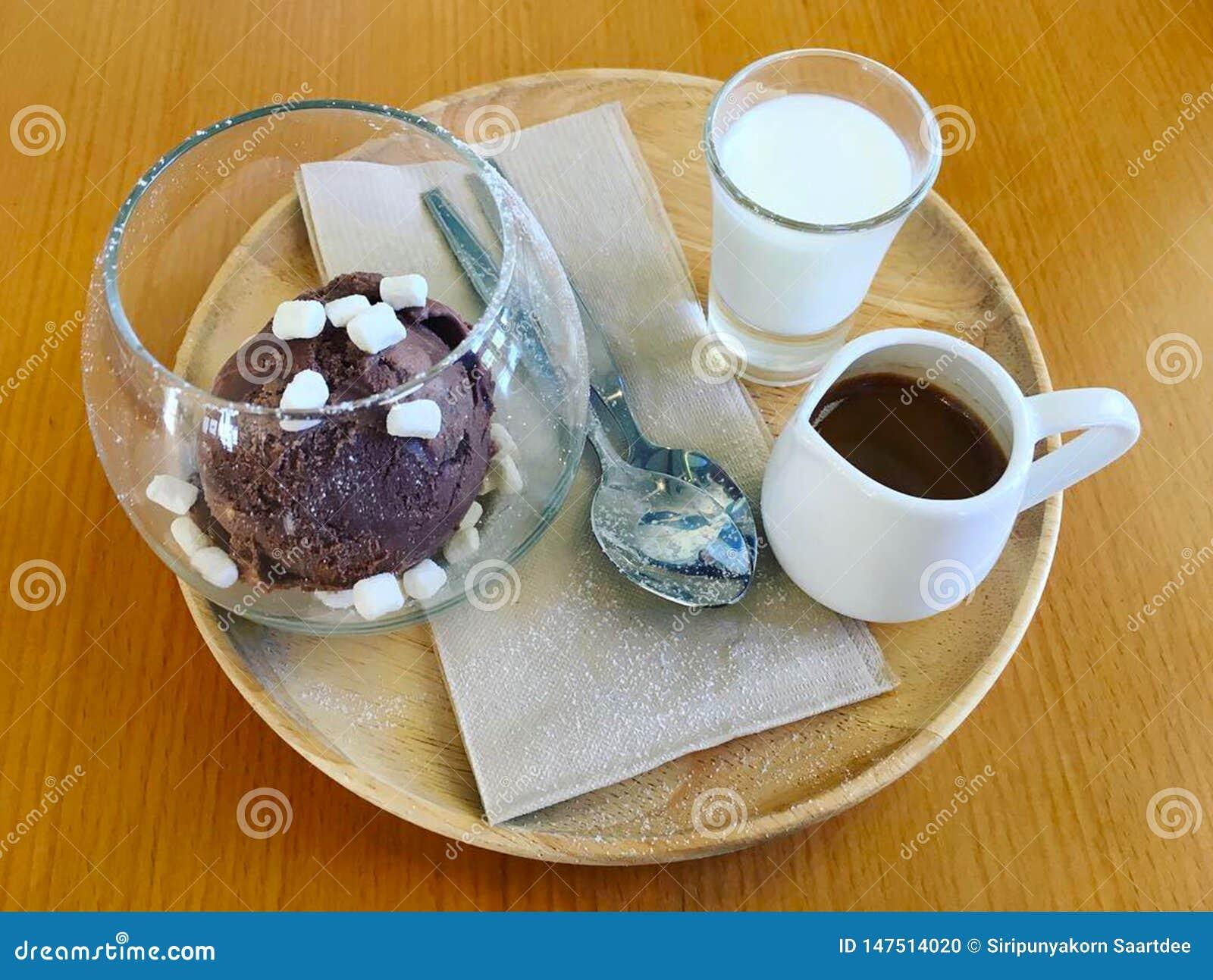 Affagato ett klassiskt menyespressokaffe att hälla på chokladglass