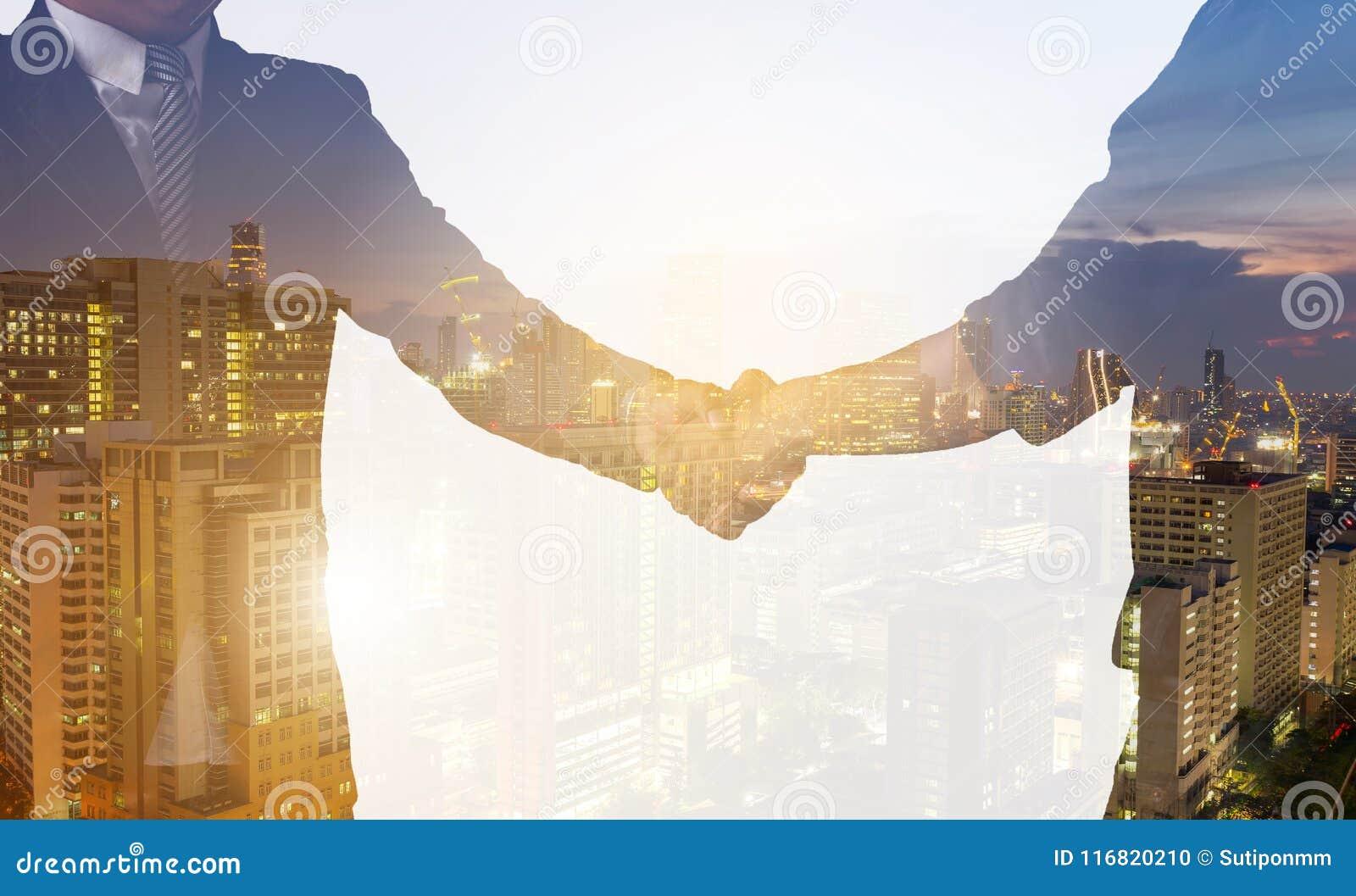 Affaire d affaires de poignée de main complète ou succès avec l associé