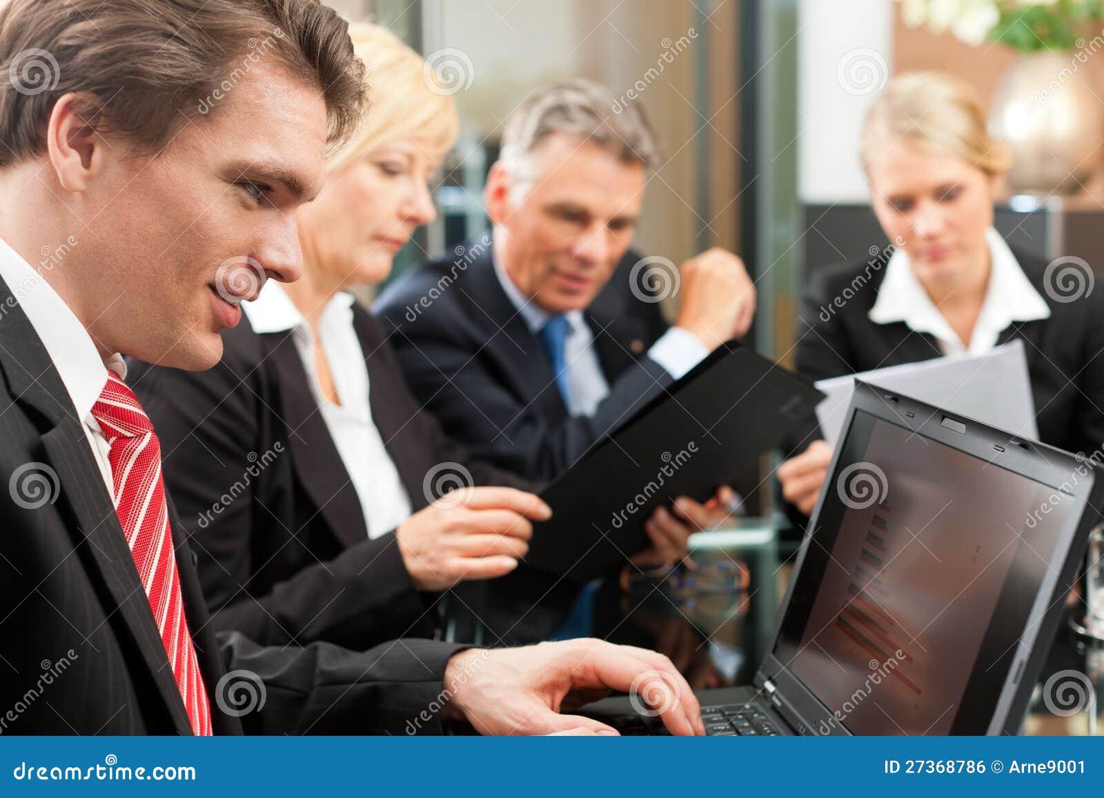 Affaires - contact d équipe dans un bureau