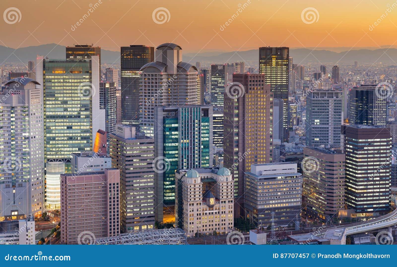Affaires d immeuble de bureaux du centre avec le ton de coucher du soleil