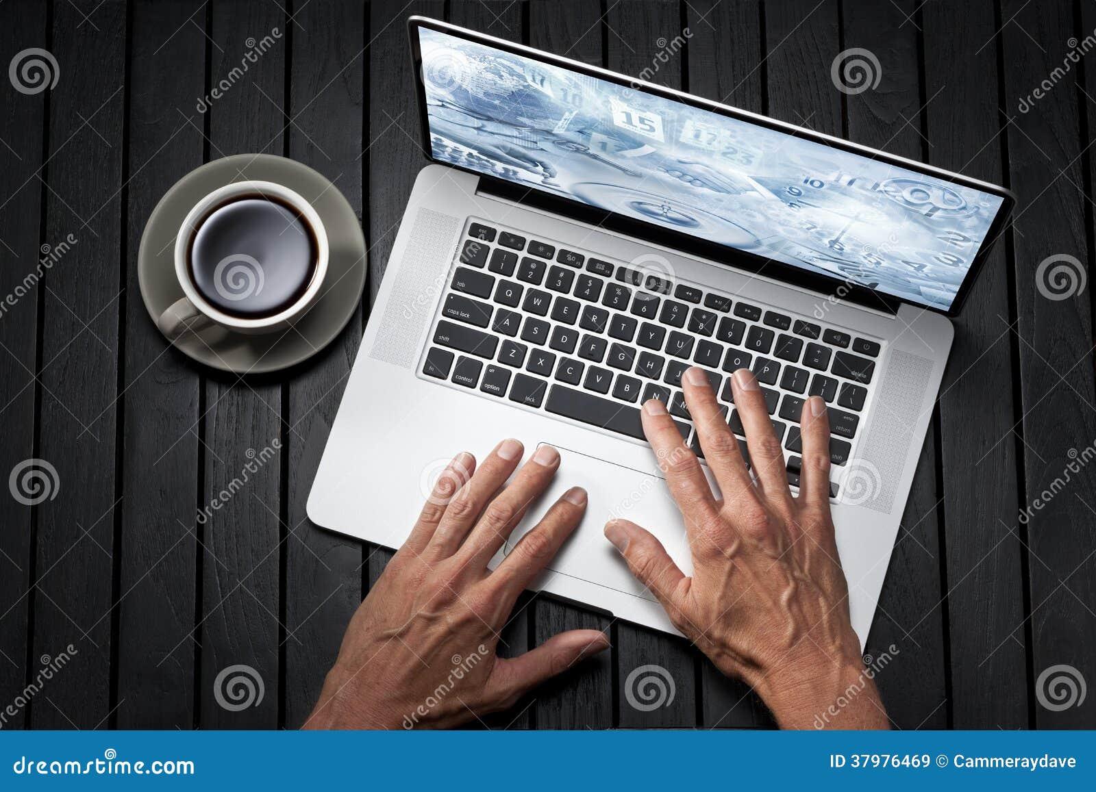 Affaires d ordinateur portable de mains