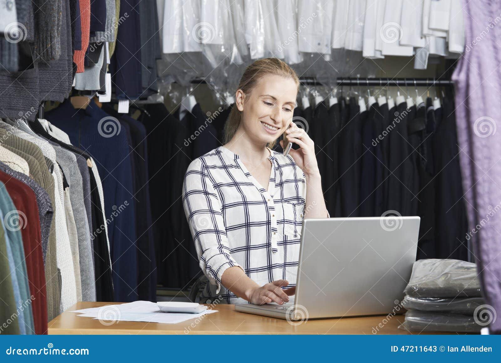 Affaires de mode de Running On Line de femme d affaires au téléphone