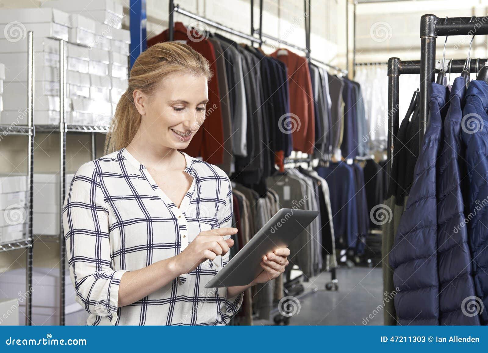 Affaires de mode de Running On Line de femme d affaires avec Digital Tabl