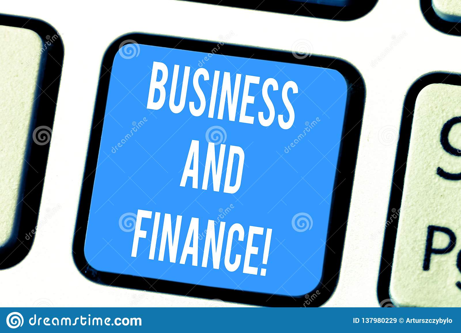 Affaires et finances des textes d écriture de Word Concept d affaires pour la gestion des capitaux et l argent d un clavier d org