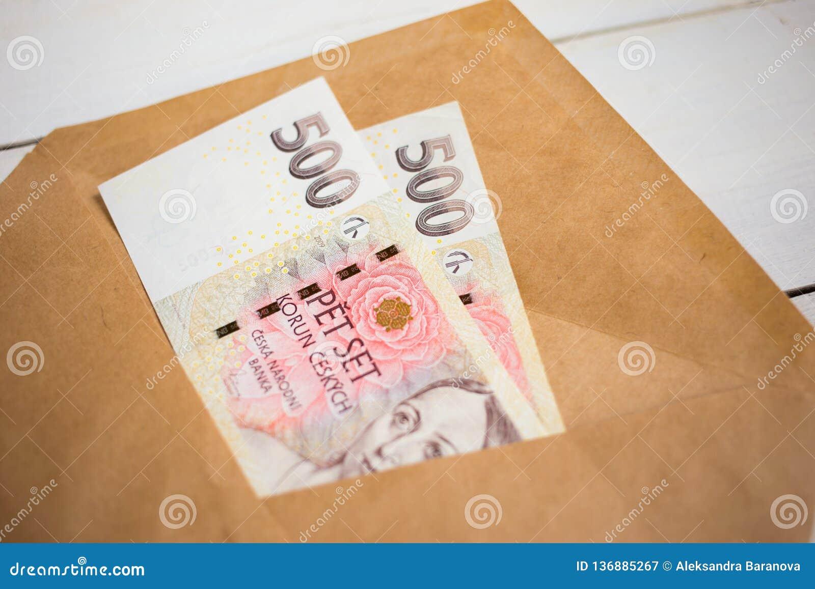 Affaires, finances, économie, encaissant le concept - fin vers le haut de paquet de couronne tchèque d argent dans l enveloppe su