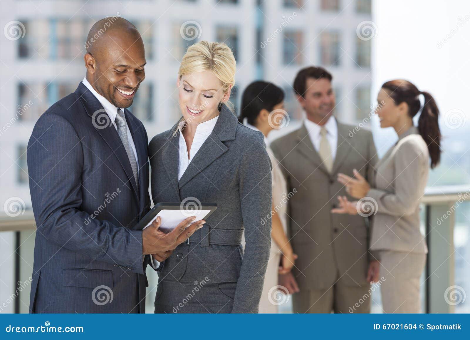 Affaires interraciales Team With Tablet Computer d hommes et de femmes