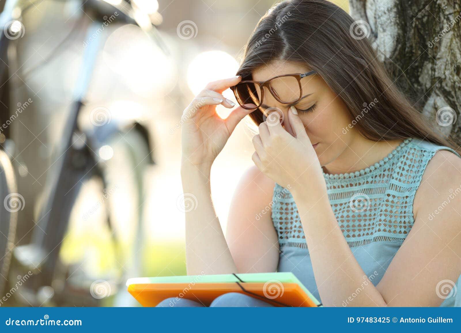 Affaticamento della vista di sofferenza dello studente mentre sta studiando