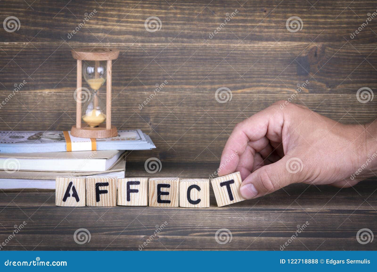 Affectez Lettres en bois sur le bureau