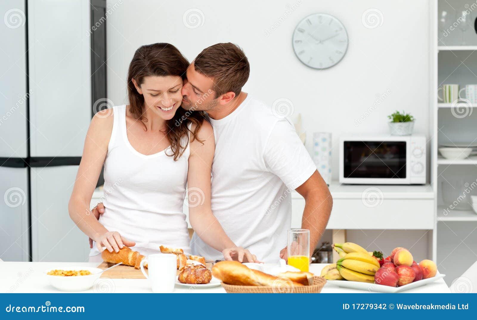 Девушка готовит завтрак любимому фото