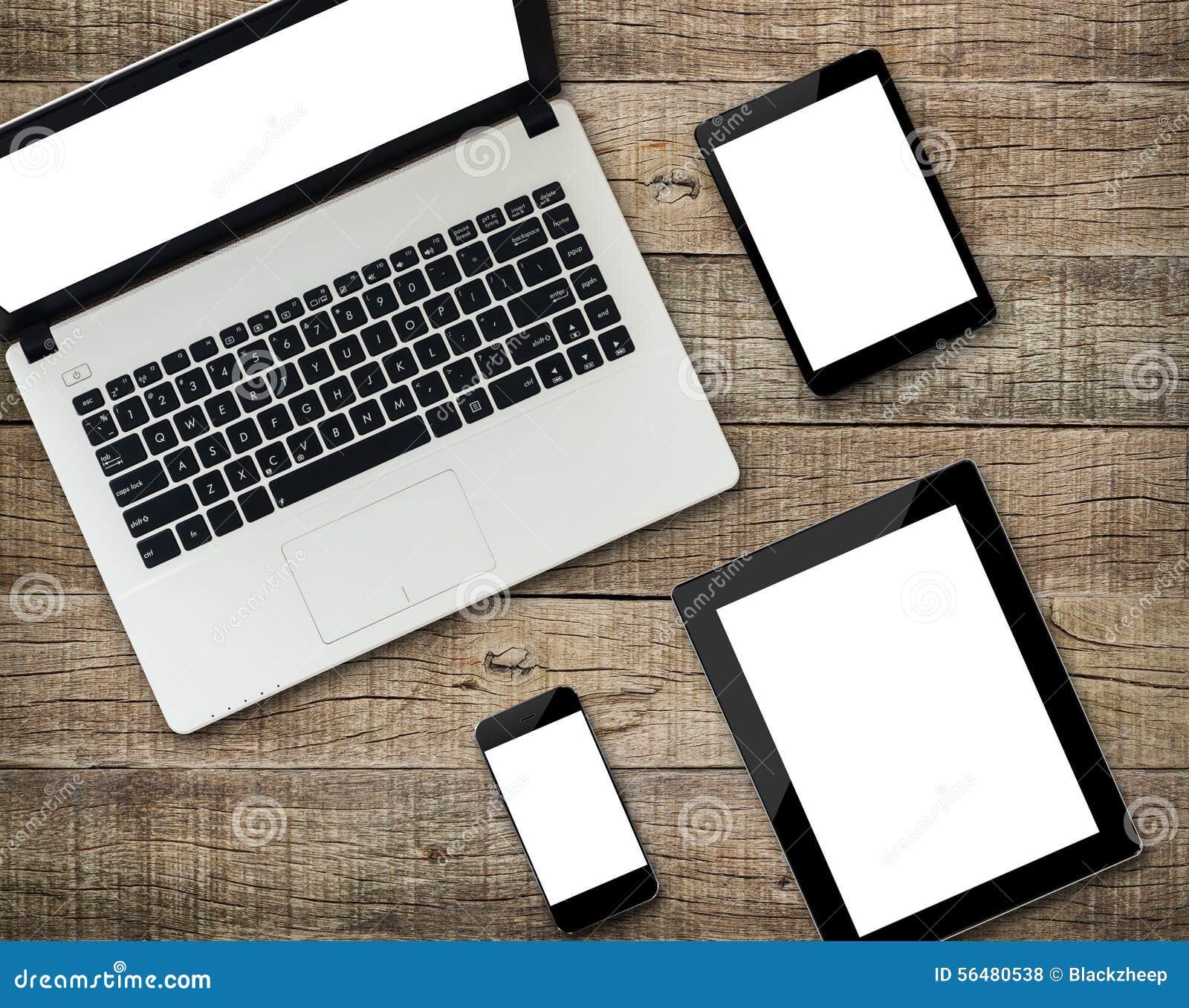 Affichage d écran blanc de dispositif moderne de communicateur sur le bois