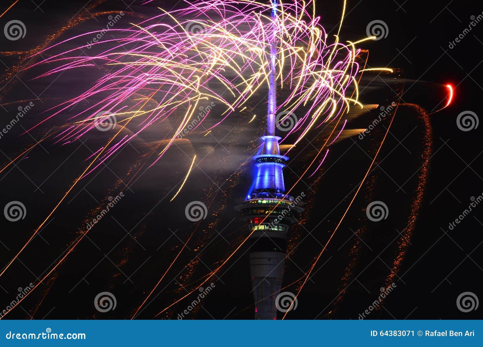 Affichage de feu d artifice de tour de ciel d Auckland pour célébrer 2016 nouvelles années