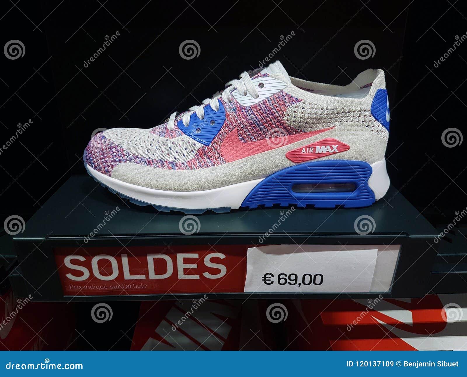 Affichage de Nike Air Max Shoe On