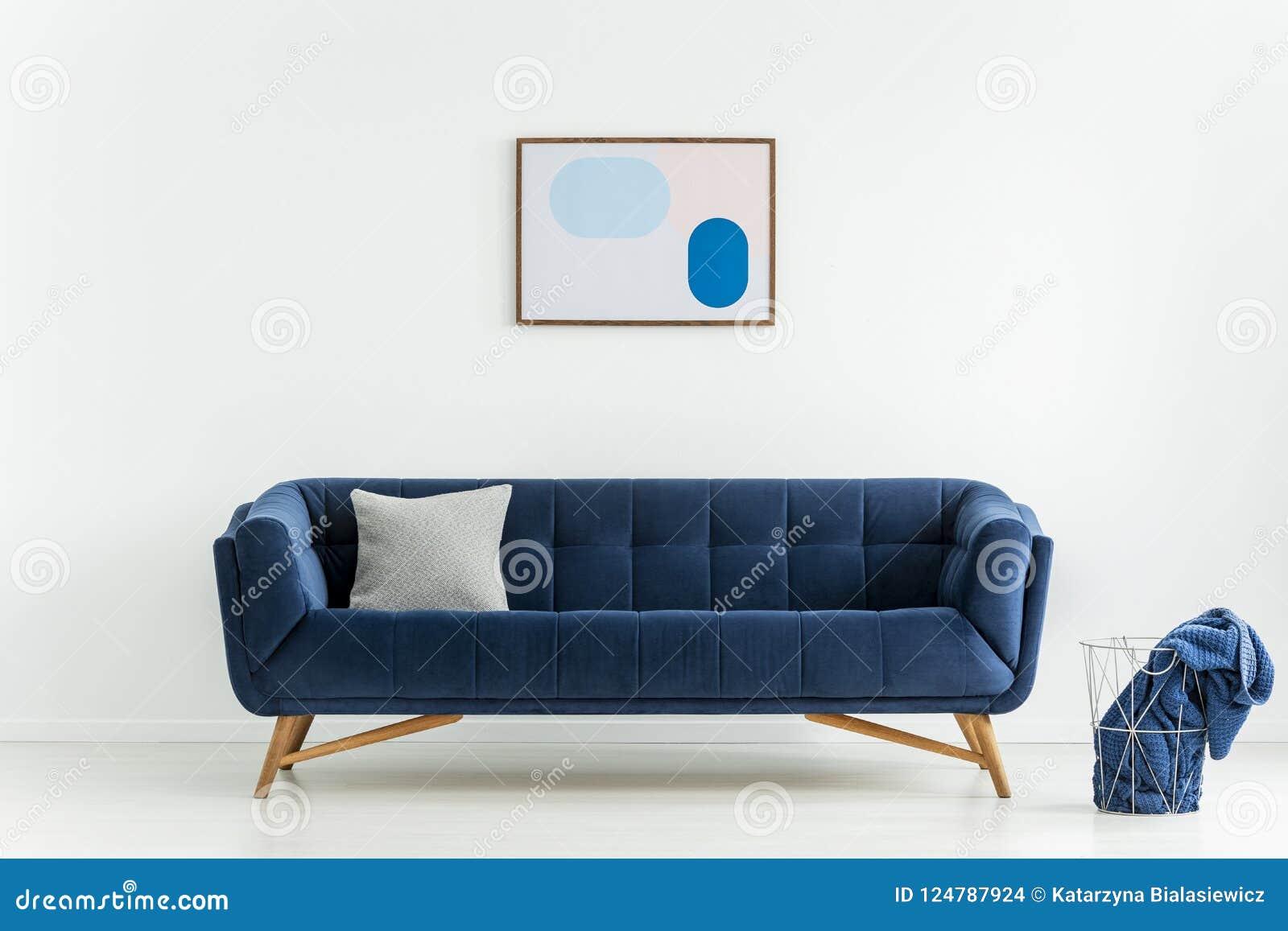 Kussen Voor Op De Bank.Affiche Boven Blauwe Bank Met Kussen In Wit Woonkamerbinnenland Met
