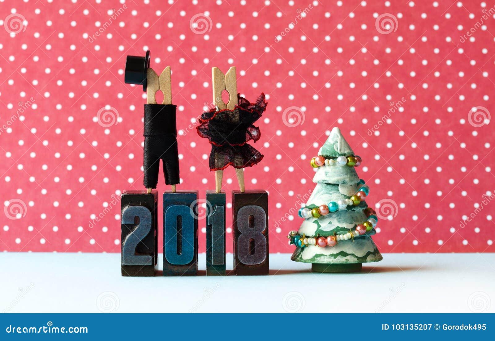 Affiche de partie de Noël de 2018 bonnes années Équipez le chapeau noir de costume, robe rouge noire de fille sur des chiffres d
