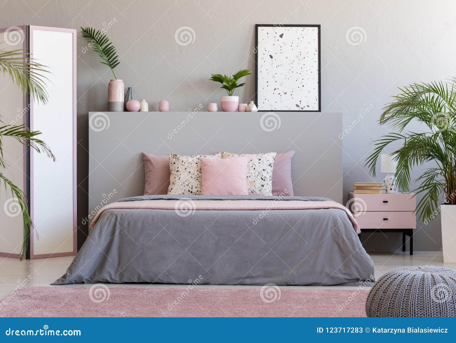 affiche sur la t te de lit grise du lit dans l 39 interio. Black Bedroom Furniture Sets. Home Design Ideas