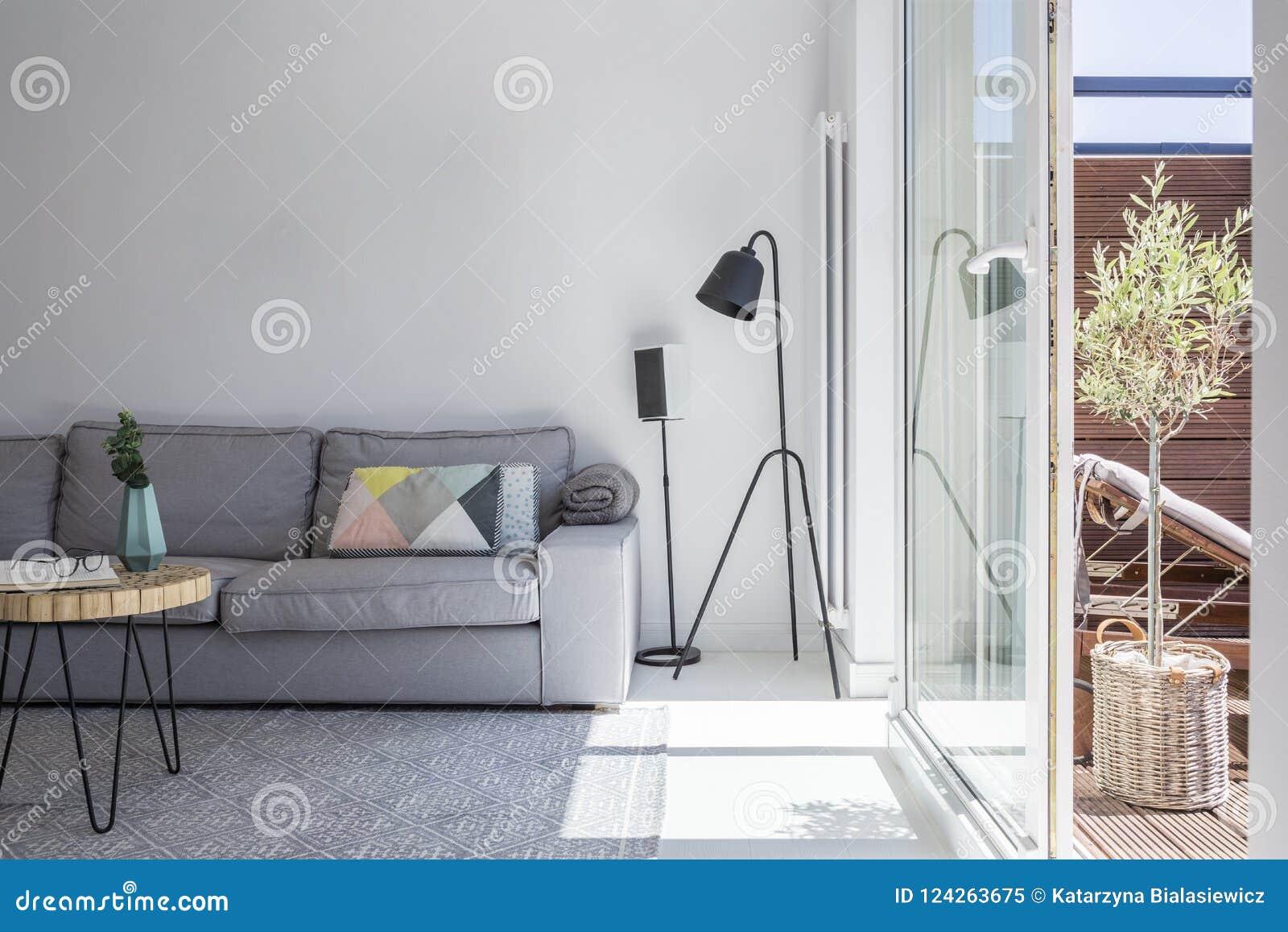Lampen Voor Woonkamer : Affiches boven grijze bank naast lampen in heldere woonkamer inte