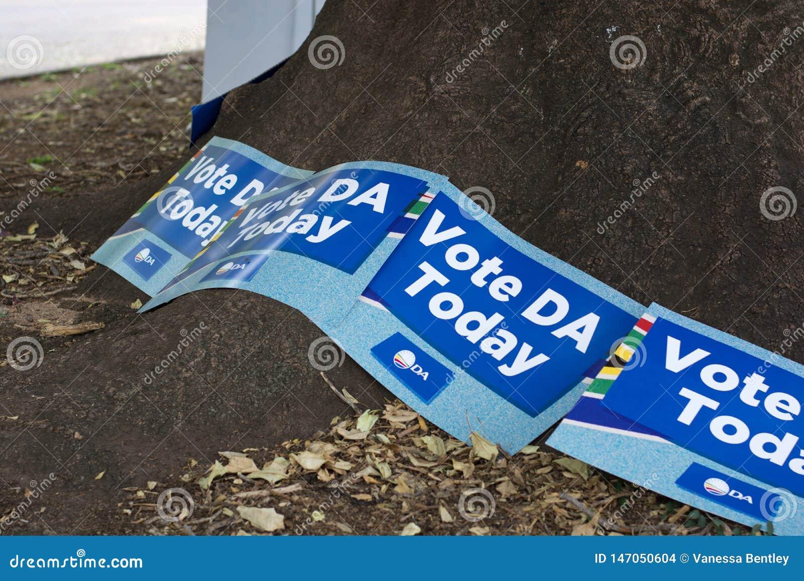 Affiches de parti politique au bureau de vote pour les ?lections nationales sud-africaines