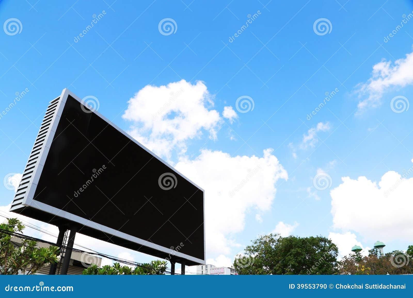 Affischtavla med den tomma skärmen, mot blå molnig himmel
